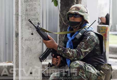 ประมวลภาพ : ตรวจบุคคลต้องสงสัยในปั๊ม หลังเหตุปะทะ โดย MGR Online 28 เมษายน 2553 19:24 น.