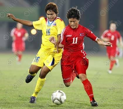 สุภาภรณ์ แก้วแบน นักเตะสาวไทย เบียดแย่งบอลกับแข้งเนื้ออ่อนเกาหลีเหนือ