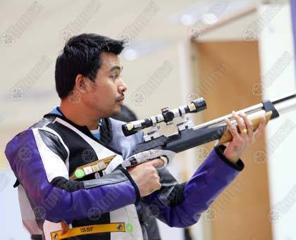 มงคลชัย มีชู นักแม่นปืนหนุ่มทีมชาติไทย ตั้งสมาธิก่อนยิงปืนในประเภทเป้าวิ่ง 10 เมตร รอบคัดเลือก