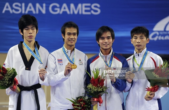 Gold medalist Chutchawal Khawlaor of Thailand (2nd L)