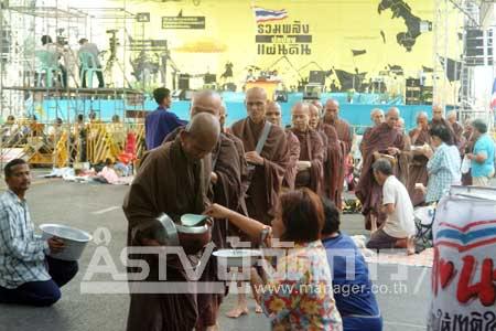 ประมวลภาพ : พธม.ตักบาตรวันมาฆบูชา ที่สะพานมัฆวานฯ โดย ASTVผู้จัดการออนไลน์ 18 กุมภาพันธ์ 2554 19:22