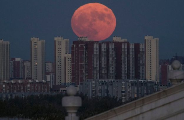 Monday's 'supermoon': The biggest and brightest in 68 years haaretz - By Ido Efrati Nov 14, 2016 . The moon rises from behind apartment buildings in Beijing, China, Monday, Nov. 14, 2016. Ng Han Guan / AP